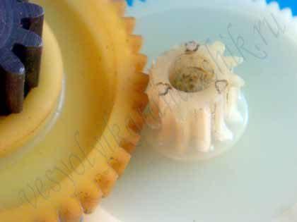 Венец ведущей пластиковой шестерни с сорванными зубьями