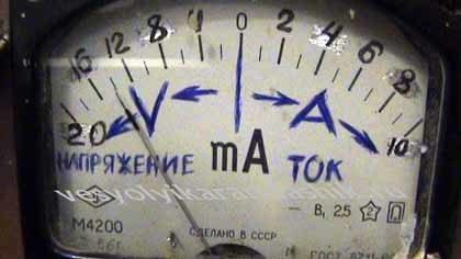 Прибор М4200 в качестве вольтметра и амперметра на зарядном устройстве